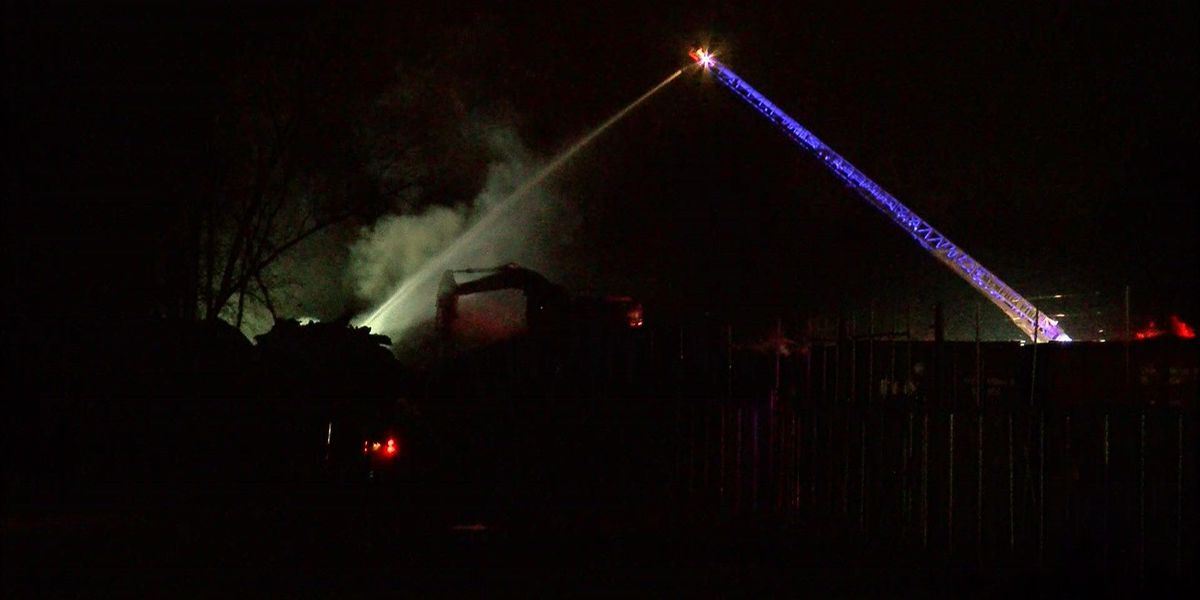 South Memphis mulch fire reignites