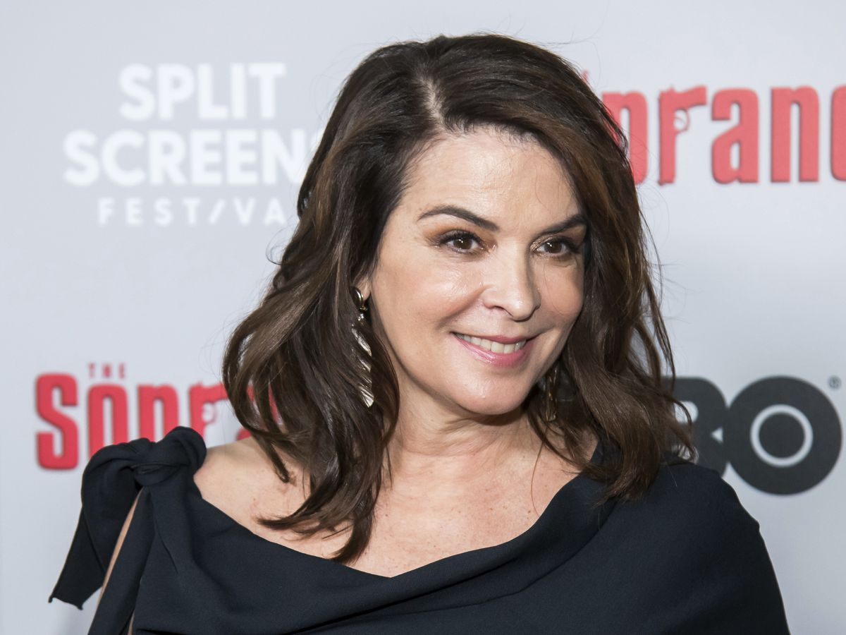 Annabella Sciorra confronts Weinstein from the witness stand