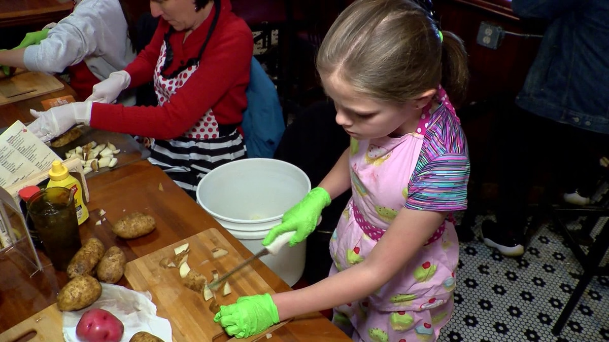 Local restaurant and volunteers prepare Thanksgiving meals for those in need