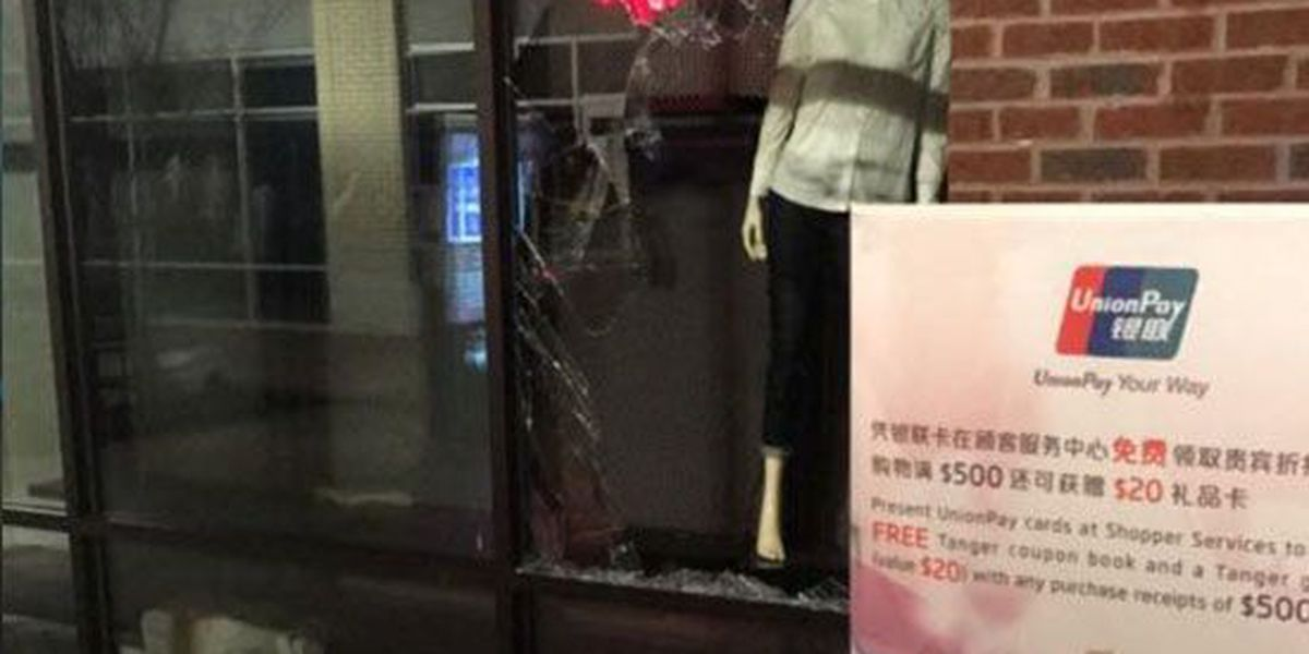 Burglars smash store window at Tanger Outlets Southaven
