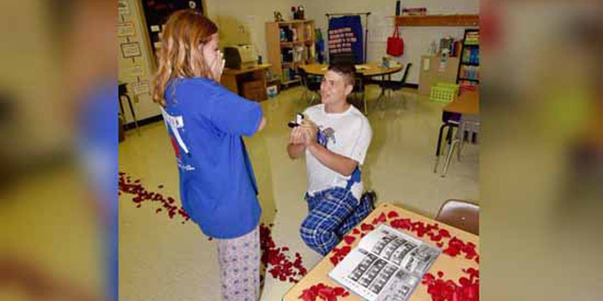 Elementary school sweethearts return to 3rd grade classroom for marriage proposal