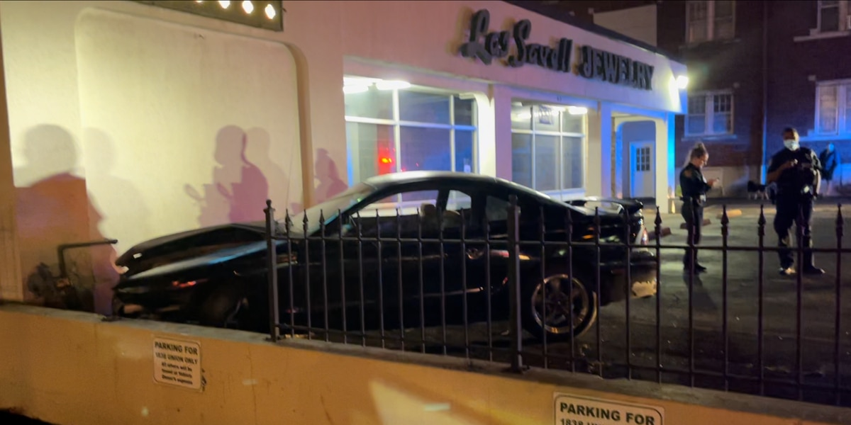 Car crashes into Midtown Memphis jewelry store