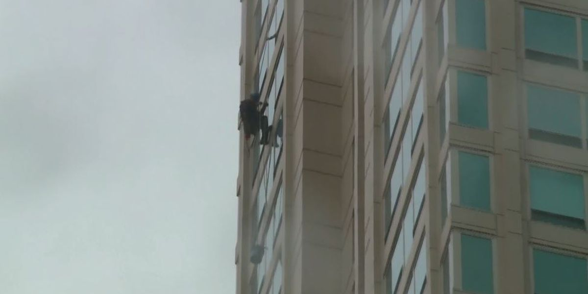 Window washer rescued from Chicago skyscraper