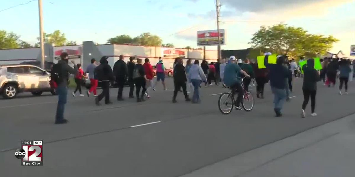 Michigan sheriff joins protesters