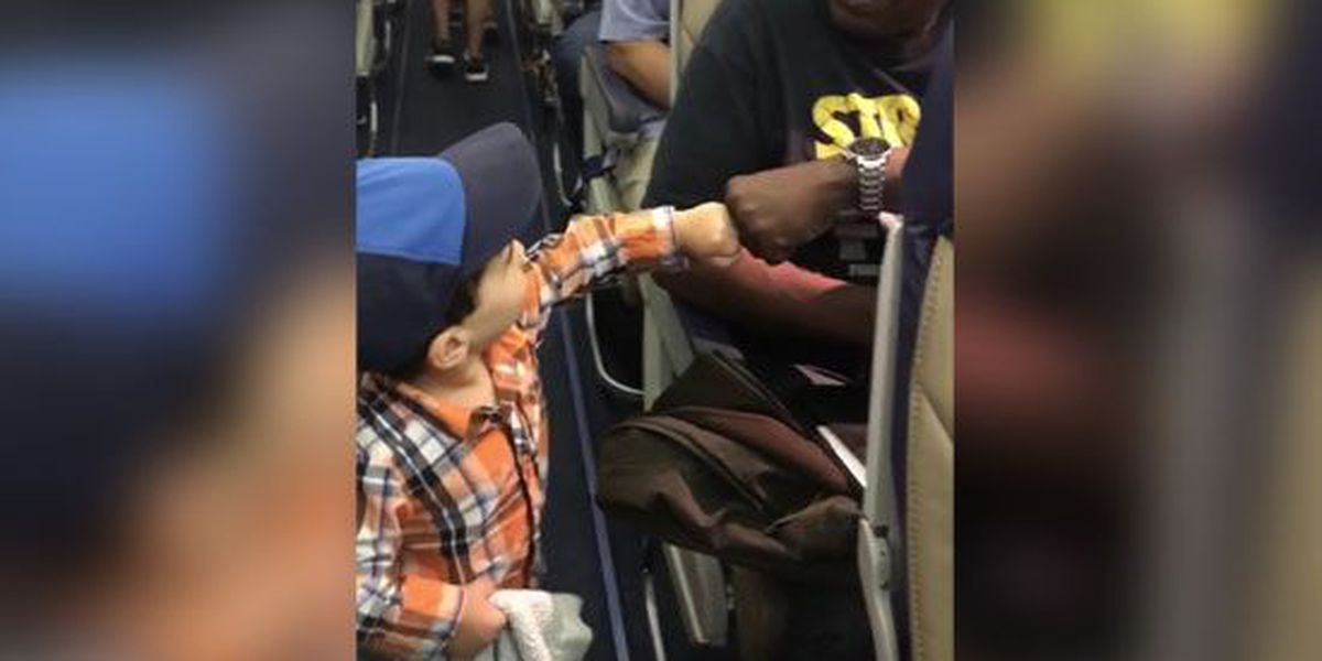 2-year-old boy fist-bumps every passenger on his flight
