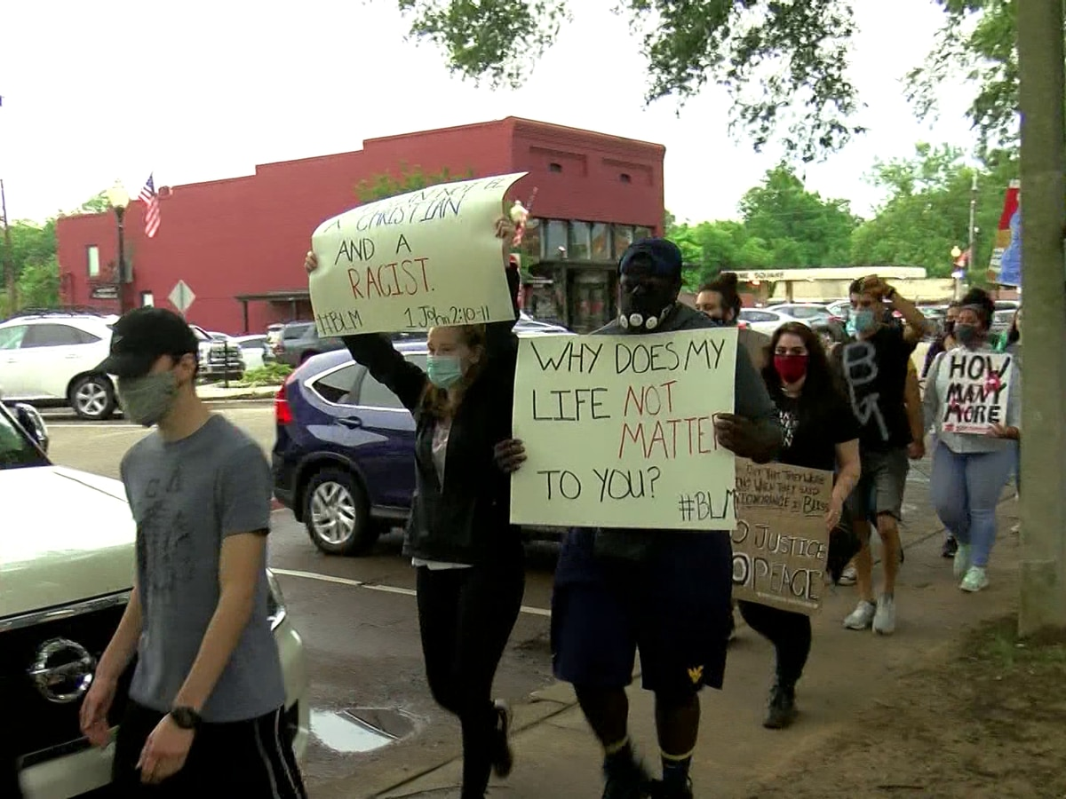 Residents hold peaceful protest outside DeSoto County courthouse