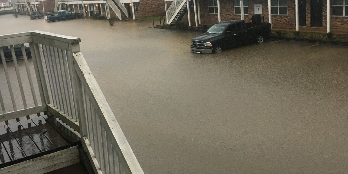 Heavy rain brings flash flooding to Central Miss.
