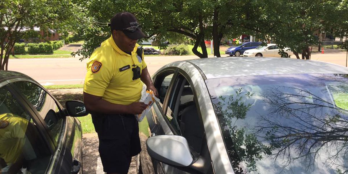 MPD officer gives popsicles to help residents stay cool during power outage