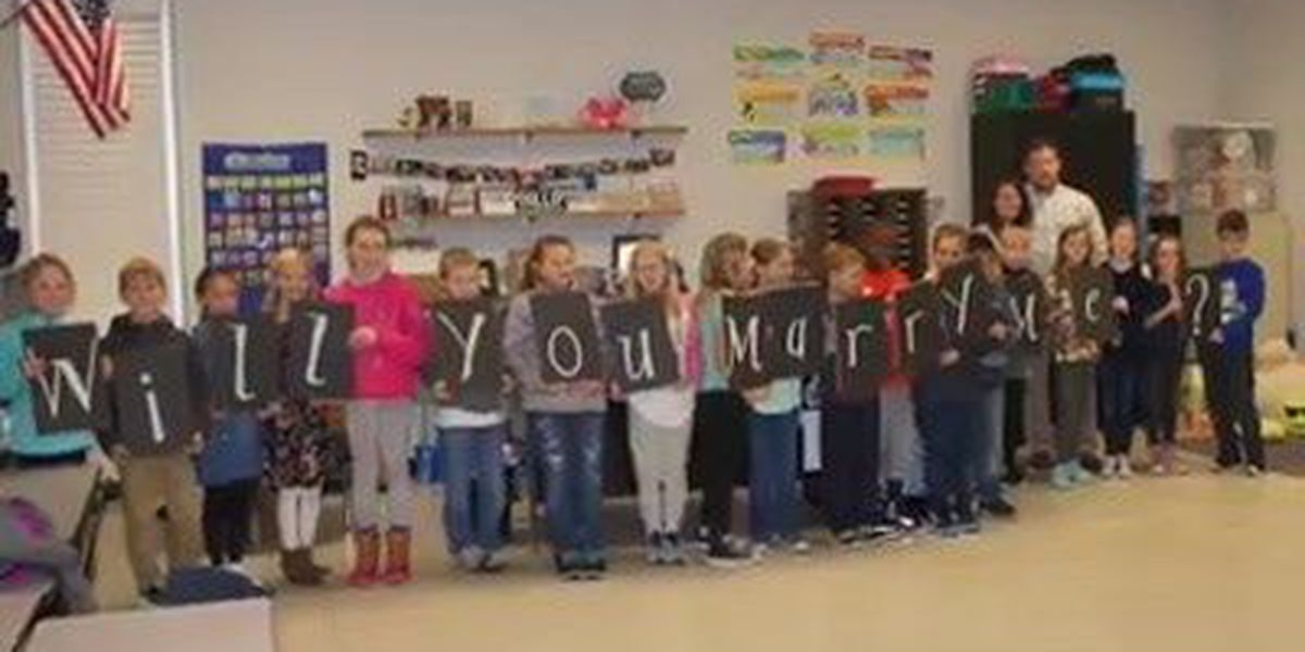 Boyfriend enlists help of students for classroom proposal