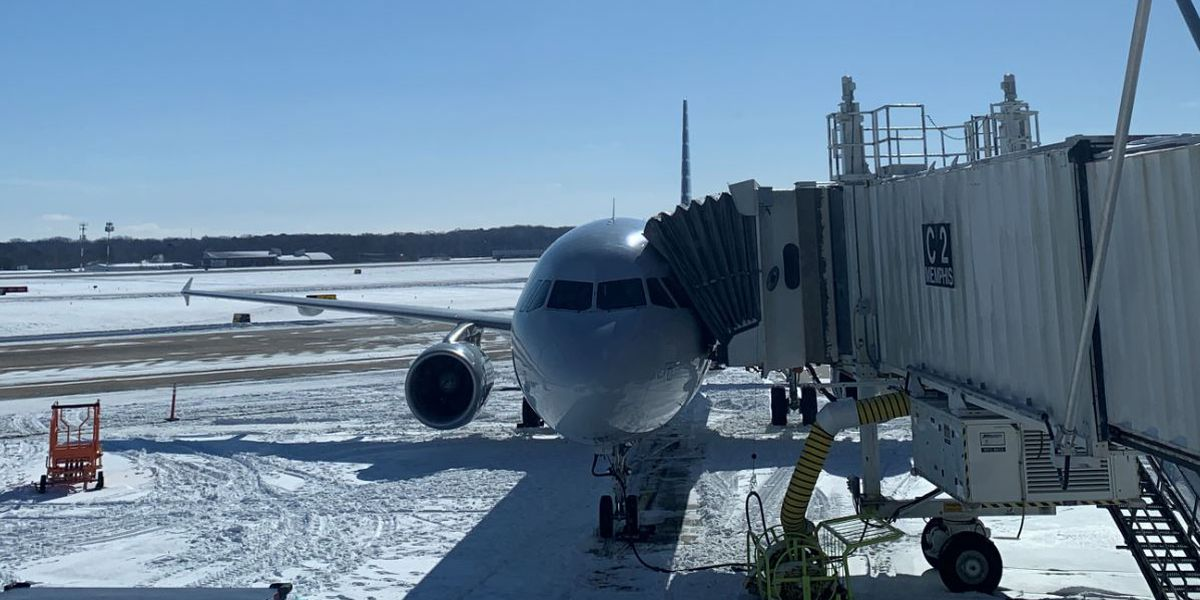 Crews at Memphis International Airport working to clear runways