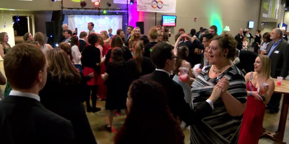 """Special needs teens have their """"Night to Shine"""" at prom"""