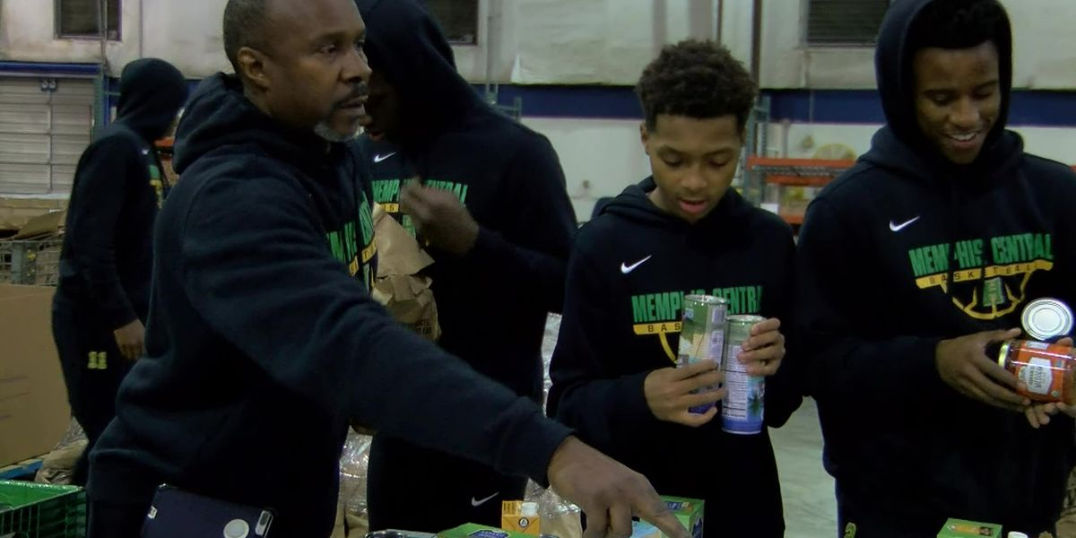 Central High basketball team volunteers at food bank
