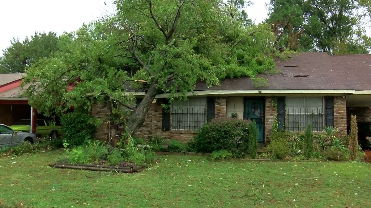 Homes damaged after storm hits neighborhood in Parkway Village
