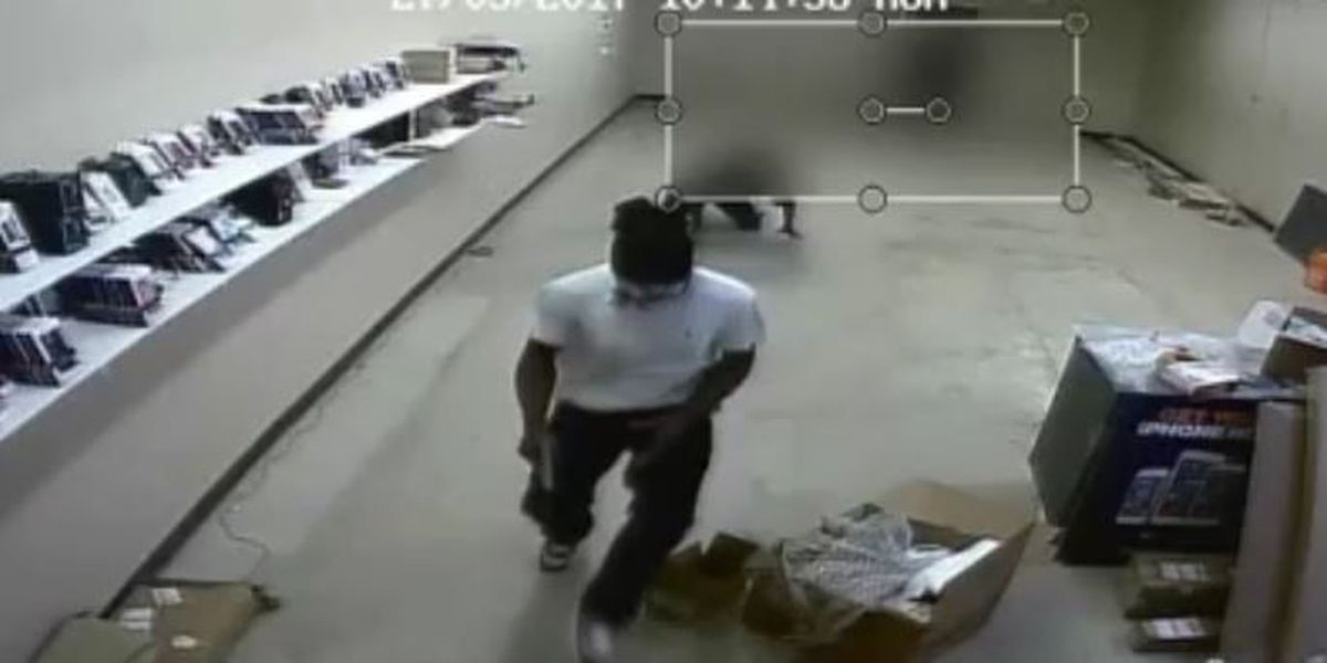 VIDEO: Man forces Metro PCS employee to ground, robs business