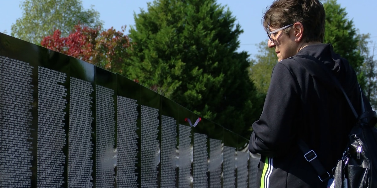 Mid-South residents visit traveling Vietnam wall